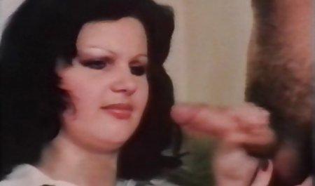یک خانم موی قهوه ای از دانلود فیلم س خارجی اورال سینه می کشد و لعنتی می شود.
