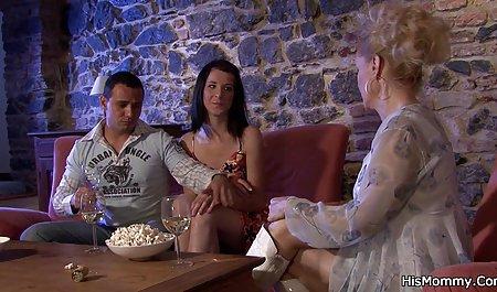 یک زن بلوند در جوراب مشکی یک عضو یک مرد را زین کرد فیلم س هندی