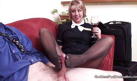 در جوراب ساق بلند و بدون شورت ، خانم جوان از هر دانلود فیلم س رایگان نظر یک برده را تحقیر می کند