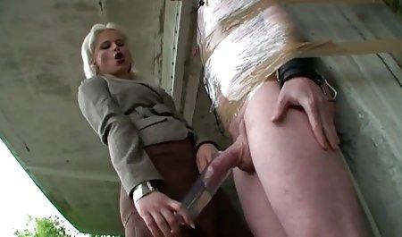 ماساژور یک خانم بالغ را لگد می زند و سیکس س استراحت می کند.