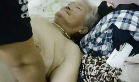 یک زن در کنار شومینه با یک میلیونر رابطه جنسی فیلم سوپر س دارد.