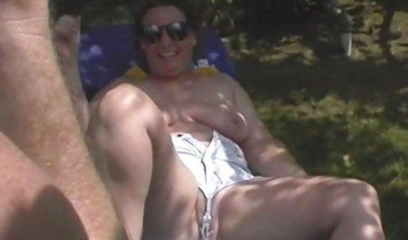 لزبین ها از فیلم س سوپر طریق رابطه جنسی در اتاق خواب سرگرم می شوند.