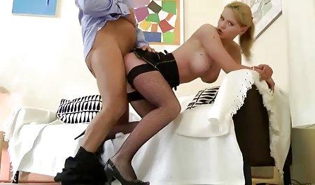 لاغر ماری فیلم س و سینه هایش را نوازش می کند