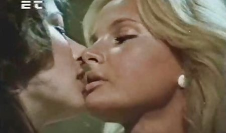 سه لزبین فیلم س اینستا زیبا بوسیدن و ماسکهای صورتی صورتی را بوسه می زنند