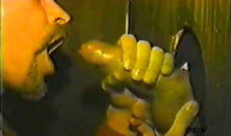 Fag سکسی روس در اتاق خواب روی فیلم س سوپر تخت خوابیده است