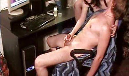 پسر ناز زیر شلوار خود را برداشته و خود را برای گربه بغل فلم سکس س می کند