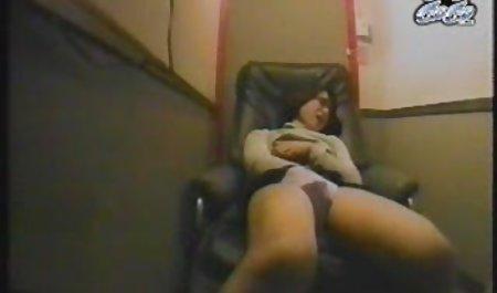 کله جوان جوان بلوند تماشای فیلم س یک شیرین دیک بزرگ را می خورد و او را استمنا می کند