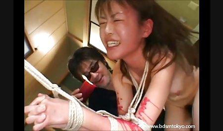 زن بلوند موی کوتاه توسط فیلم س سوسانو هاله لعنتی می شود