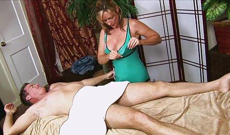 یک مرد س ک س ب مادر یک دوست را لعنتی می کند.