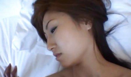 شخص ساده و معصوم بر روی صورت دختران پس از مکش از طریق سوراخ در دانلود فیلم س دیوار