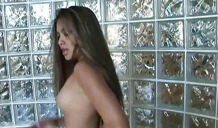 زیبایی زرق و برق دار جلوی دوربین خسته می شود و انگشت فیلم س الکسیس می خورد